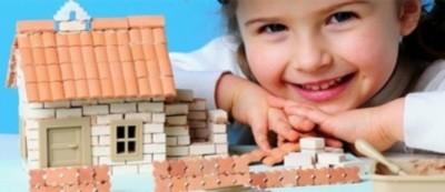 Девочка у игрушечного домика (к статье о получении материнского капитала за одного ребенка)