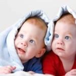 Два малыша под одеялом