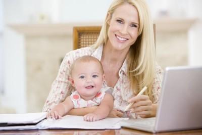 Мать и ее маленький ребенок сидят за рабочим столом