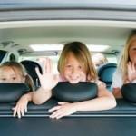Три девочки машут рукой из салона авто (к статье о парковочных льготах многодетным семьям)
