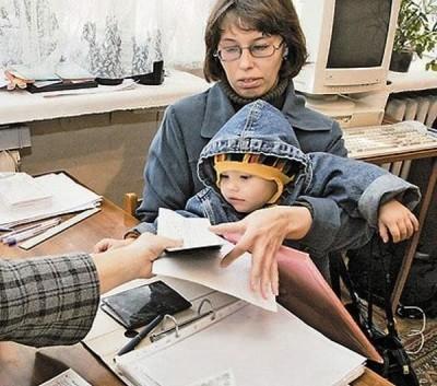 Мать и ребенок обратились за помощью (к статье о получении пособий непрописанному ребенку)