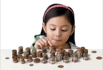 Девочка считает монеты с алиментов