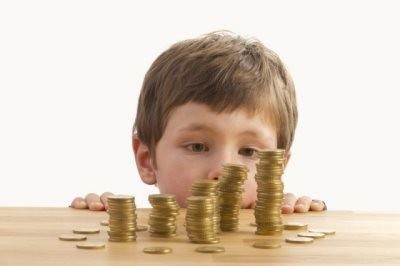 Мальчик смотрит на монеты (к статье о алиментах с неработающих)