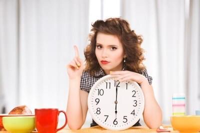 Женщина с часами (к статье о декретных при рождении двойни)