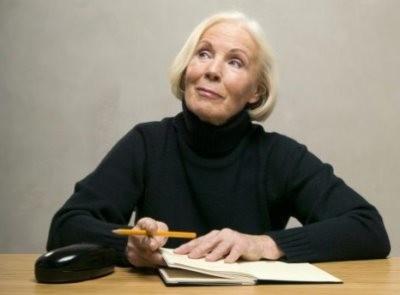 Пенсионерка пишет заявление на льготы на транспортный налог