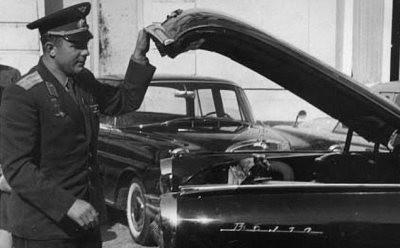 Будущий пенсионер у автомобиля