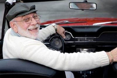 Пожилой водитель за рулем
