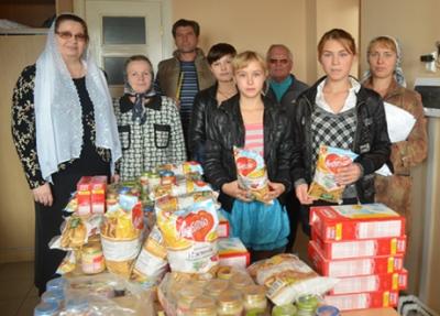 Малоимущим семьям также помогают гуманитарно - выдают бесплатную еду, одежду и лекарства