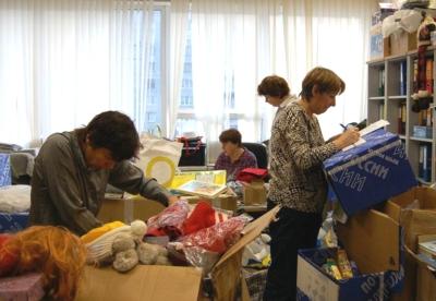 Участники благотворительного фонда собирают и упаковывают гуманитарную помощь малоимущим семьям