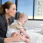 Женщина в офисе с ребенком - к статье о досрочном выходе из декретного отпуска